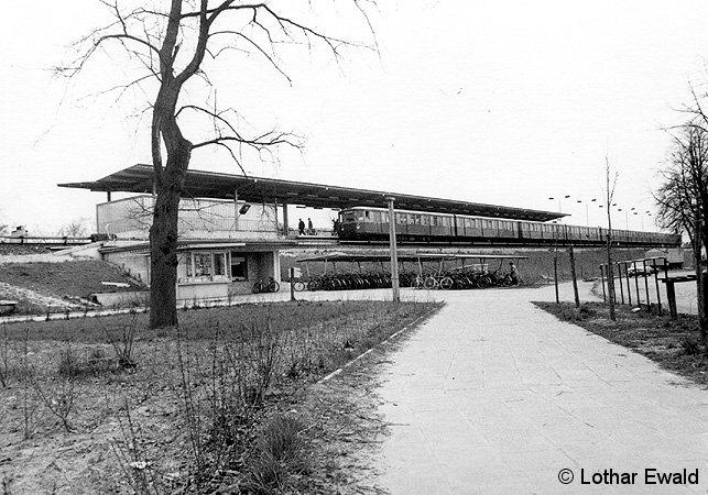 Bild: BR 275 am Bahnsteig