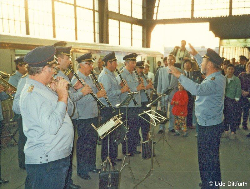Bild: Reichsbahnorchester am 1.7.1990 im Bahnhof Friedrichstraße