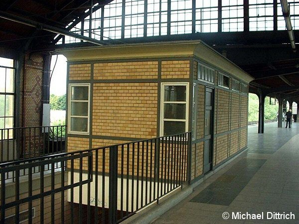 Ab 1987 diente dieser Neubau den Triebfahrzeugführern der DR als Aufenthaltsraum. In der Zeit zwischen den Zügen sollten sie diesen Pausenraum nutzen. Die meisten jedoch hielten es wie die BVG-Tf: Sie tranken ihren Kaffee lieber bei der Aufsicht.